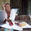 Rašytoja Elena Eltang savo sodyboje Anykščių raj.