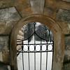 Trakų Vokės dvaro rūmū vartai,liepų alėja
