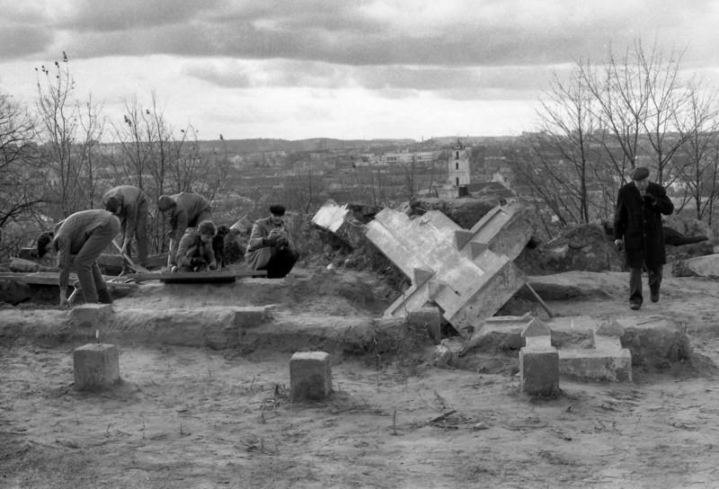 Trijų kryžių atkasimas.1989.pavasaris