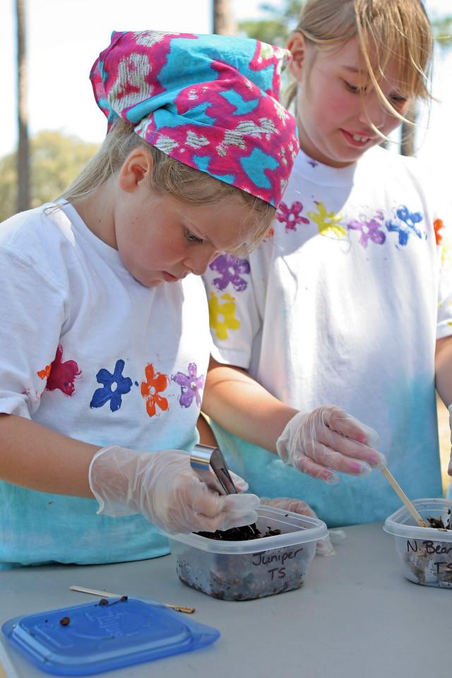 Kids learn to make casts of animal tracks<br /> PHOTO CREDIT: Bob Stone / Florida Trail Association