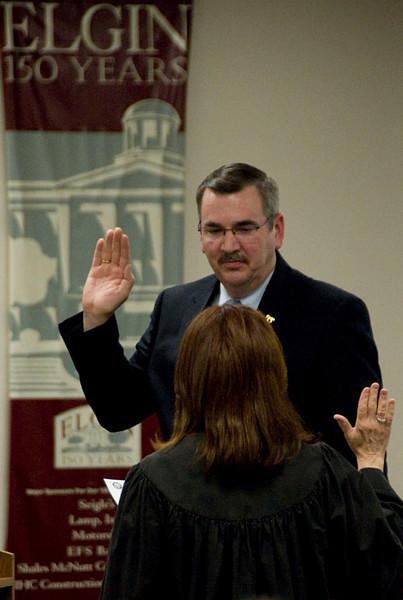 Elgin's new councilmen get sworn in - 04/29/09