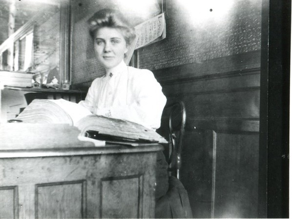 1904 photo of a proofreader Cora T. Hollenbeck at the Berkshire Eagle.