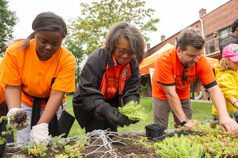 President Katherine Conway-Turner working along side student volunteers during Bengals Dare to Care community service day at SUNY Buffalo State.
