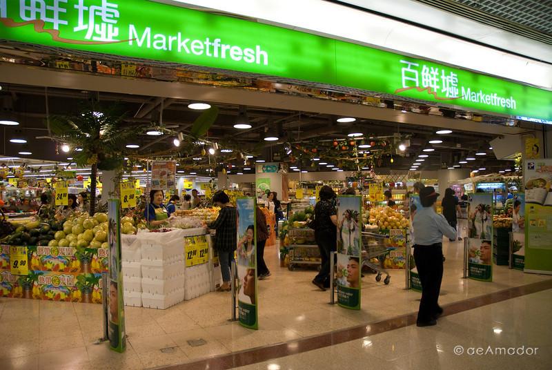 aeamador©-HK08_DSC0113      Hong Kong. Kowloon. San Po Kong. A supermarket.