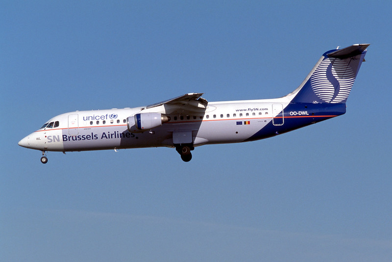"""OO-DWL Avro RJ-100 """"SN Brussels Airlines"""" c/n E3361 Brussels/EBBR/BRU 23-04-04 """"Unicef"""" (35mm slide)"""