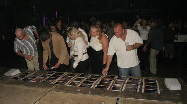 Terwijl uw gasten aan het feest vieren zijn, zorgen wij dat de gemaakte foto's worden afgedrukt. Aan het eind van de avond kunnen de foto's bekeken en meegenomen worden. Alle foto's worden meegegeven in een stevige enveloppe, zodat deze onbeschadigd thuis aankomt.