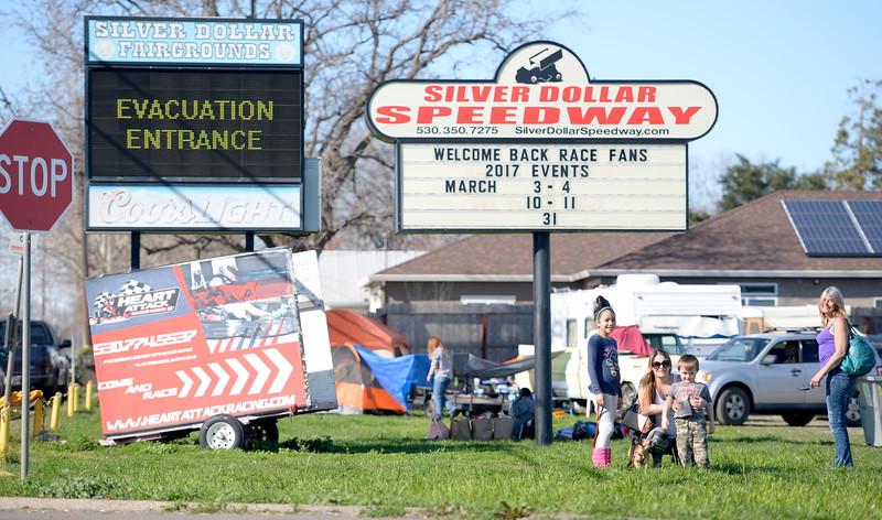 La gente a prepararse para ir a casa como noticias de las órdenes de evacuación comienza a fluir a través del dólar de plata Fairgounds a medida que continúa la emergencia Lago Oroville aliviadero de la presa en Oroville, California. Mar.  14 de febrero de 2017. (Bill Husa - Enterprise-Record)