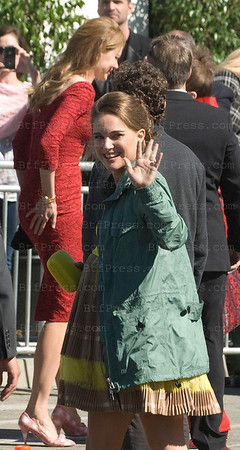 Actress Natalie Portman arrives at the 2011 Film Independent Spirit Awards ( Nicole Kidman in the back ) in Santa Monica,California on February 26,2011