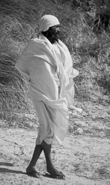 His reason is not disturbed by desire for sense pleasures. He is free of unhappiness, free of sorrow, free of fear. He moves through this world fearlessly. — Baba Muktananda <i> L1907 Sadhu, Allahabad, color </i>
