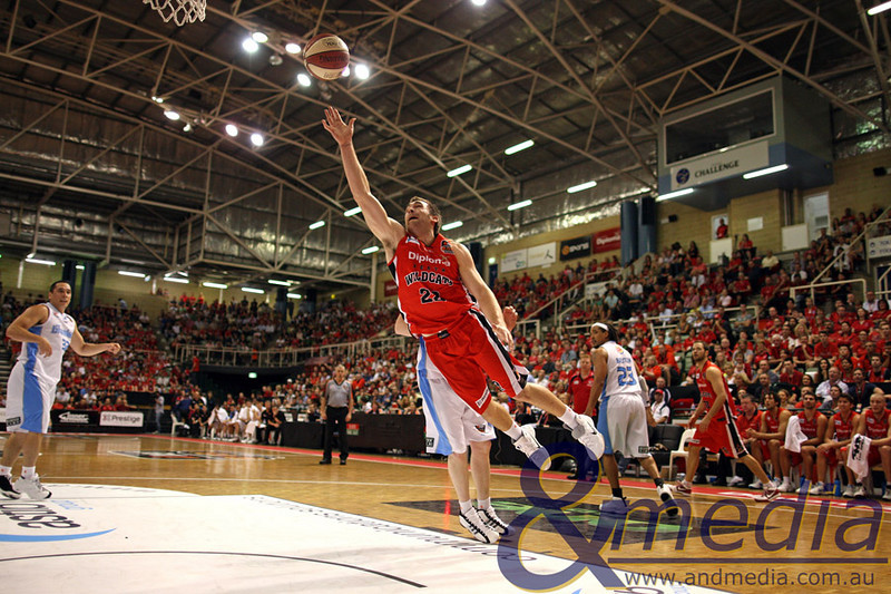 141110NBL20064 Perth Wildcats vs New Zealand Breakers - 14/11/2010 Challenge Stadium Perth Wildcats guard Brad Robbins drives to the hoop around Breakers' foward Dillon Boucher. Photo: TRAVIS ANDERSON - ANDMEDIA