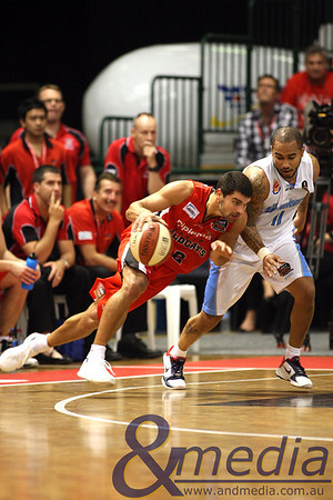 141110NBL20268 Perth Wildcats vs New Zealand Breakers - 14/11/2010 Challenge Stadium Wildcats' guard Kevin Lisch goes up against Breakers' guard Kevin Braswell. Photo: TRAVIS ANDERSON - ANDMEDIA