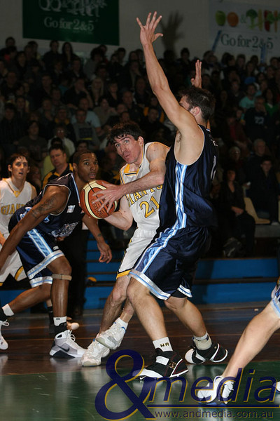 070908kalgiants8ta 2008 SBL Grand Final Goldfields Giants vs Willetton Tigers Giants captain Shamus Ballantyne drives to the basket.