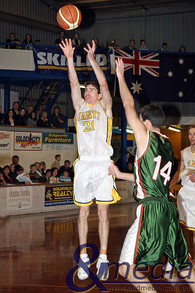160809GGWWK9188 SBL - Goldfields Giants vs Wanneroo Wolves - Quarter Finals Game 2 Giants' captain Shamus Ballantyne shoots over Wanneroo's Doug Gates. Photo by Travis Anderson Andmedia/Sports Vision ©2008