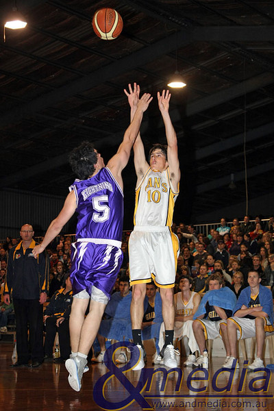 300809GGLLK2047 SBL - Goldfields Giants vs Lakeside Lightning - Semi Finals Game 2 Giants' guard Ryan Hulme shoots the three pointer over Lakeside's Chris Sofoulis. Photo by Travis Anderson