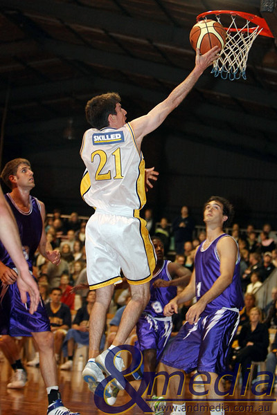 300809GGLLK1927 SBL - Goldfields Giants vs Lakeside Lightning - Semi Finals Game 2 Giants' captain Shamus Ballantyne gets the uncontested layup. Photo by Travis Anderson