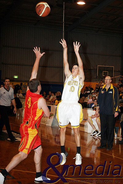020509GGMM0719 WASBL - Goldfields Giants vs Mandurah Magic. Ryan Hulme (Giants) shoots over Kane Thompson (Magic). Photo by Travis Anderson - Andmedia/Sports Vision © 2009.