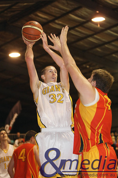 020509GGMM1101 WASBL - Goldfields Giants vs Mandurah Magic. Giants' Russell Hurst shoots over the Magic's Tom Remmerswaal. Photo by Travis Anderson - Andmedia/Sports Vision © 2009.