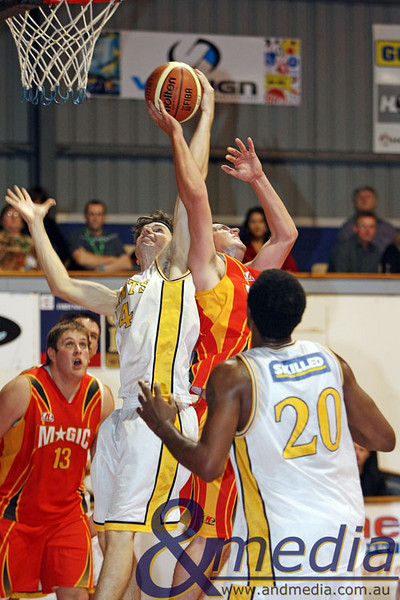040509kalgiants4ta SBL - Goldfields Giants vs Mandurah Magic Matthew Leske (Giants) and Kane Thompson (Magic) contest the rebound. Photo by Travis Anderson