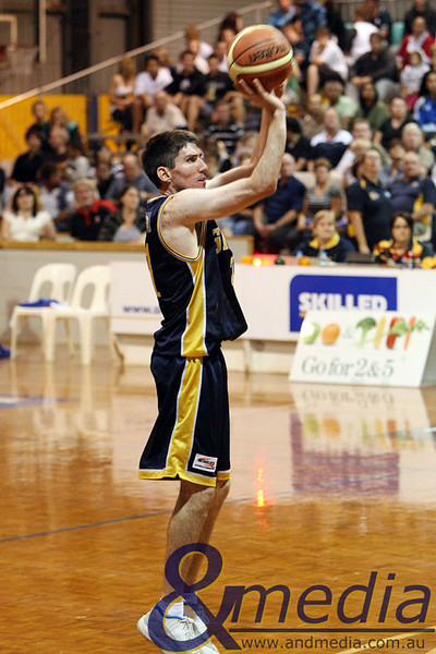050409kalgiants5ta SBL - Goldfields Giants vs Bunbury Slammers Shamus Ballantyne shoots a three point shot.