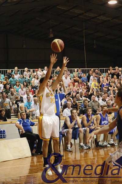 220309kalgiants5ta SBL - Goldfields Giants vs Perry Lakes Hawks Ryan Hulme (Giants) shooting the game winning shot.