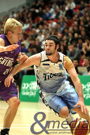 220810kalsblsupp SBL Mens Grand Final - Lakeside Lightning vs Willetton Tigers - 21st August 2010 Tigers' guard Alex Prince drives on Lakeside import guard Luke Payne. Photo by Travis Anderson - Andmedia ©2010.