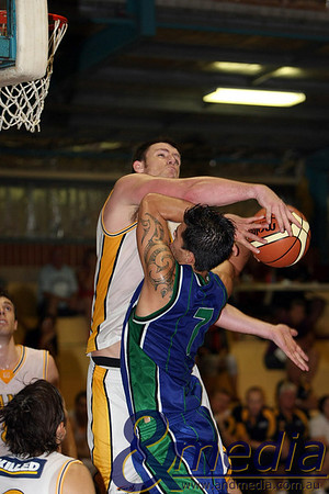 130310GGSSK7065 SBL - Goldfields Giants @ Stirling Senators Giants' import Michael Haney attempts to block the shot of Stirling guard Joe-Alan Tupaea. Photo: Travis Anderson - Andmedia/Sports Vision ©2010.