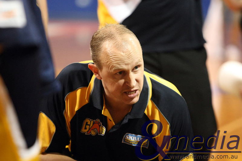 100410GGBS9650 SBL - Goldfields Giants vs Southwest Slammers Giants' coach Wayne Creek talks to his team during a time out. Photo by Travis Anderson - Andmedia ©2010.