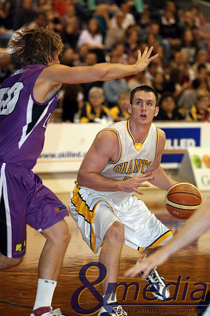 080510GGLL0290 SBL - Goldfields Giants vs Lakeside Lightning Giants' forward Michael Haney lines up the basket for the shot attempt as Lakeside centre Benjamin Beran defends. Photo by Travis Anderson - Andmedia ©2010.