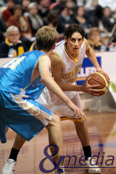 290510GGCC6803 SBL - Goldfields Giants vs Cockburn Cougars - 29th May 2010 Giants' guard Ryan Hulme looks for options as Cougars' forward Gavin Field defends. Photo by Travis Anderson - Andmedia ©2010.