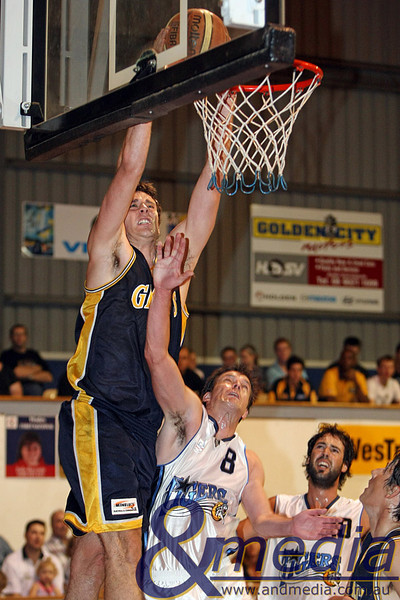 200310GGWTK0731 SBL - Goldfields Giants vs Willetton Tigers Giants' forward Lordan Franich dunks on Willetton guard Ian Callaghan. Photo: Travis Anderson - Andmedia ©2010.