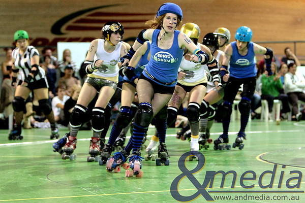 131110WARD1606 WA Roller Derby - Sonic Doom vs Electric Screams @ Midvale Speed Dome, 13th November 2010. Sonic Doom jammer Ophelia Terror bursts away from the pack. Photo: TRAVIS ANDERSON - Andmedia ©2010.