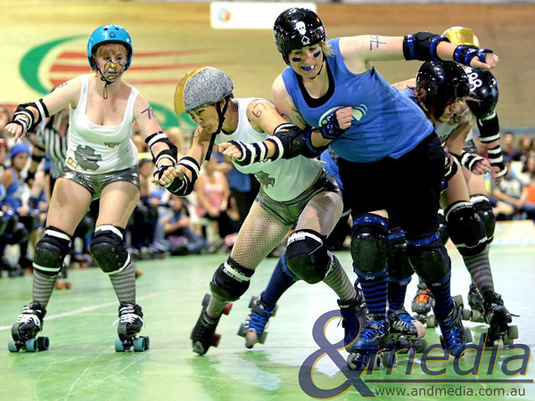 131110WARD1260 WA Roller Derby - Sonic Doom vs Electric Screams @ Midvale Speed Dome, 13th November 2010. Sonic Doom blocker I.T. Mighty takes out Electric Screams pivot Damanda Respect. Photo: TRAVIS ANDERSON - Andmedia ©2010.