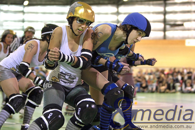 131110WARD0465 WA Roller Derby - Sonic Doom vs Electric Screams @ Midvale Speed Dome, 13th November 2010. Electric Screams jammer Holly War and Sonic Doom pivot Taye Q. Down jostle for position. Photo: TRAVIS ANDERSON - Andmedia ©2010.
