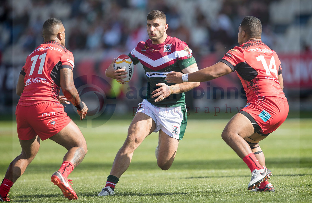 Alex Twal of Lebanon, centre, looks to evade the tackle of Manu Ma'u of Tonga, left, and Siliva Havili in the Rugby League World Cup quarter final match between Tonga and Lebanon at AMI Stadium in Christchurch, New Zealand, 18 November 2017.  (AAP Image/SNPA, Adam Binns) NO ARCHIVING, EDITORIAL USE ONLY