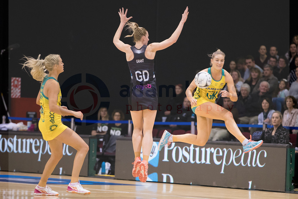 Courtney Bruce of Australia, right, looks to beat Katrina Grant of New Zealand in the Netball Quad Series netball match between New Zealand and Australia at ILT Stadium Southland, Invercargill, New Zealand, Sept. 3 2017.  (AAP Image/SNPA, Adam Binns) NO ARCHIVING, EDITORIAL USE ONLY
