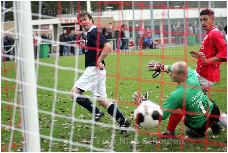 AD/HC - voetbalwedstrijd HMSH - Quick - Michel Jungschlager scoort 7-0. Lacham (?) El Jabli en Keeper Sven Schoons hebben het nakijken - DEN HAAG 2 NOVEMBER 2008 - FOTO NICO SCHOUTEN