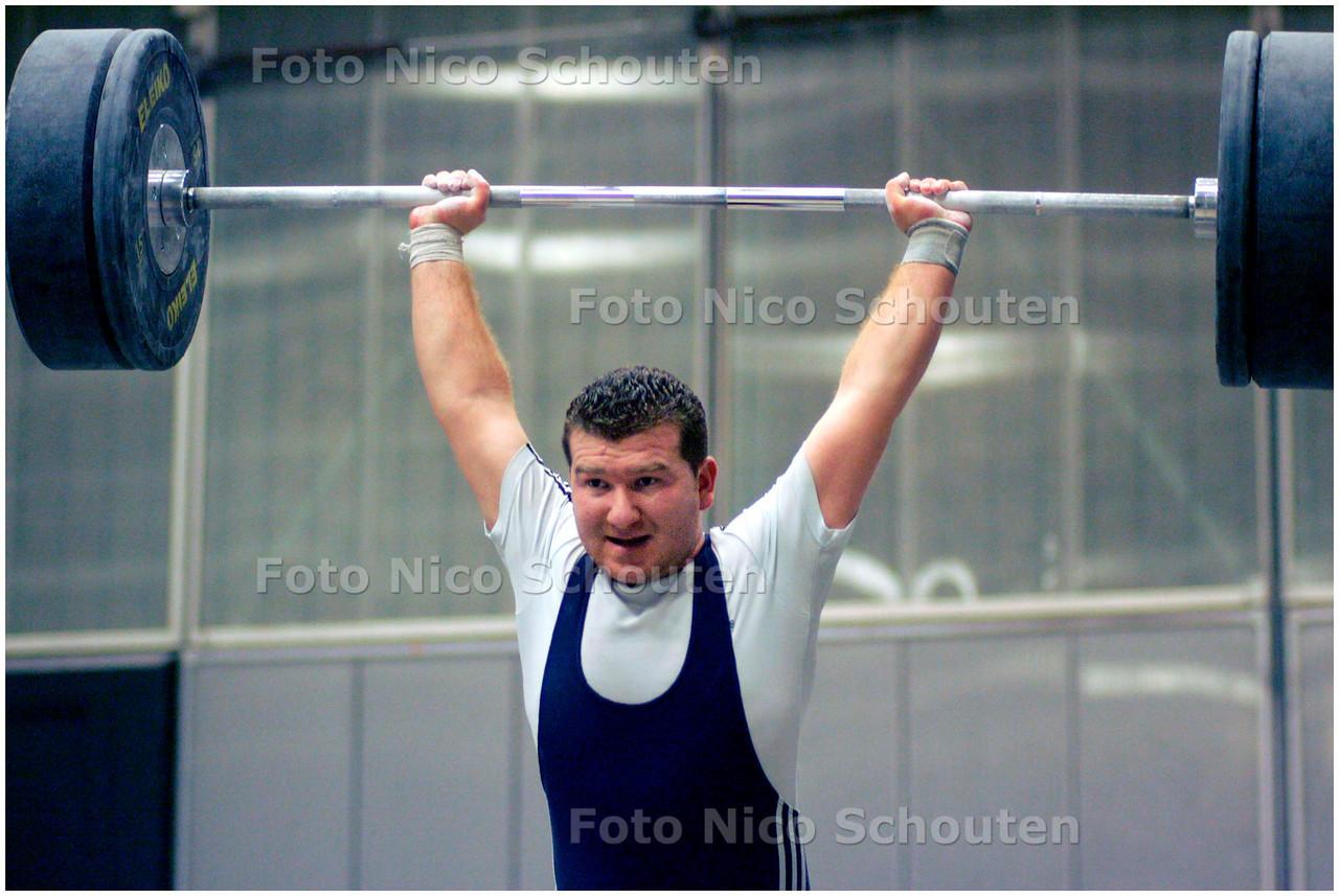 AD/HC - KRACHTSPORTVERENIGING KDO - Yaver Özdemir traint gewichtheffen (stoten)- DEN HAAG 28 NOVEMBER 2007 - FOTO NICO SCHOUTEN