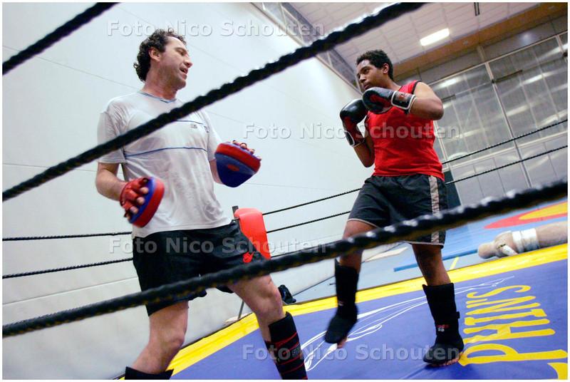 AD/HC - KRACHTSPORTVERENIGING KDO - Kickboxtrainer Vincent van Helden (l) traint Mitchell Julen - DEN HAAG 28 NOVEMBER 2007 - FOTO NICO SCHOUTEN