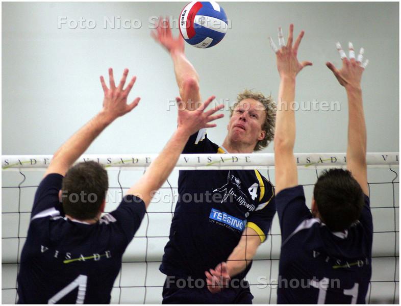 AD/HC - Volleybal: Visade-Inter Rijswijk (heren) - Rogier Meijer van Inter Rijswijk slaat over het blok van Visade, gevormd door Sybren de Vries (l) en Michael Parkinson - VOORBURG 29 NOVEMBER 2008 - FOTO NICO SCHOUTEN