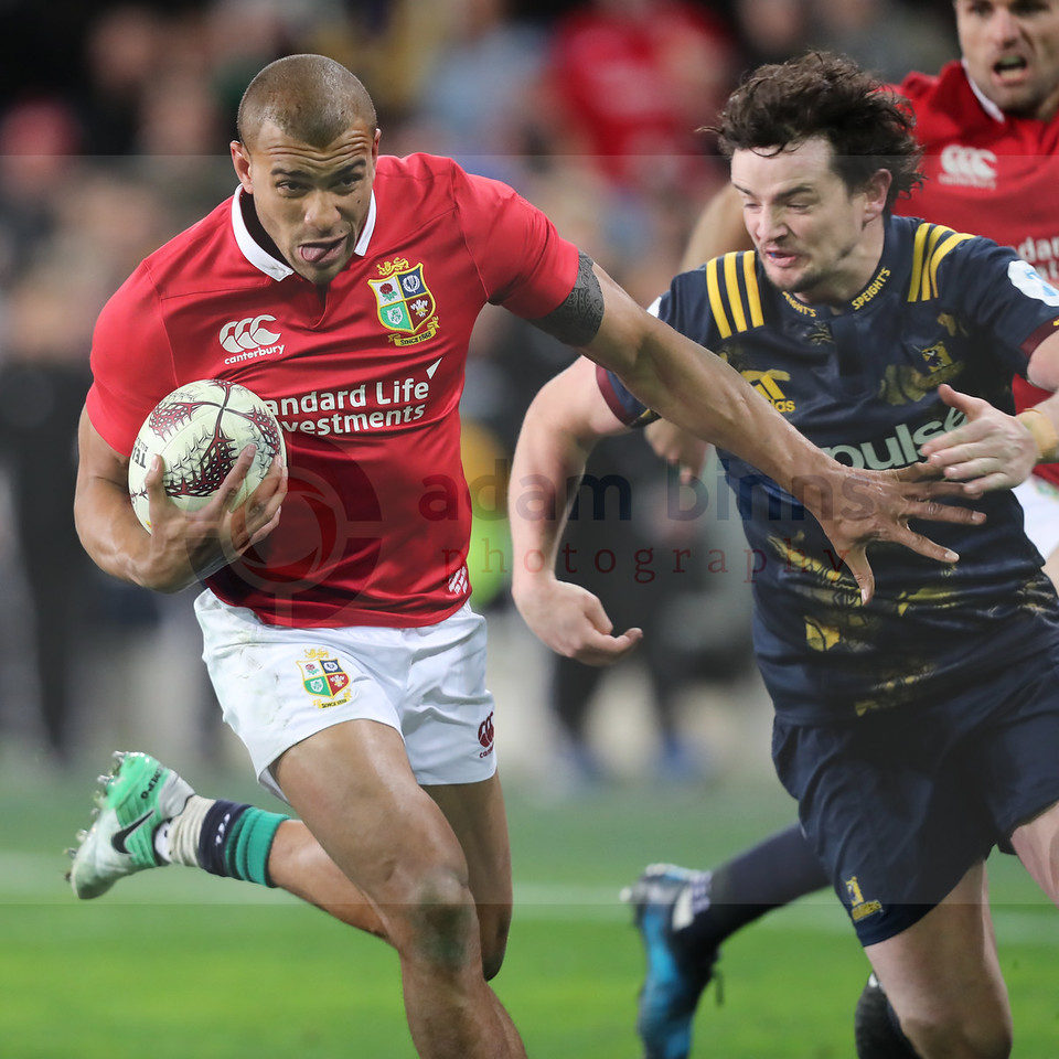 Jonathan Joseph of the Lions, left, runs in to score a try, evading Richard Buckman of the Highlanders, during the match between the Crusaders and the British and Irish Lions at Forsyth Barr Stadium, Dunedin, New Zealand, June 13 2017. (AAP IMAGE/Adam Binns) NO ARCHIVING, EDITORIAL USE ONLY