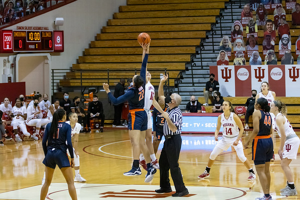 Aleksa Gulbe tips off against Eva Rubin for the Illini. Photo by Tony Vasquez/Indy Sports Daily.