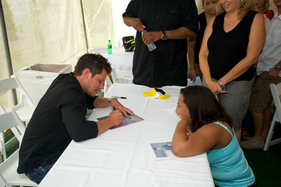 Nick Lachey signs an autograph for fan, Methi