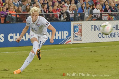 Megan Rapinoe (15) crosses the ball to the center.
