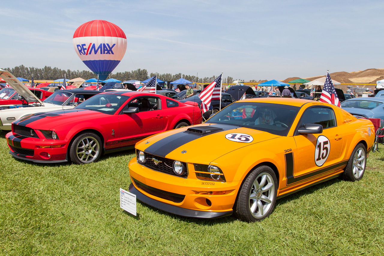(R-L) 2007 Saleen/Parnelli Jones Mustang Boss 302, 2008 Shelby Mustang GT500