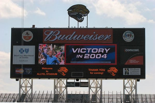RIght after this - the Jumbotron swicthed to the Florida game - they publicized the fact that they would show the game since no doubt, many were agonizing over the difficult choice of seeing the President or watching football.
