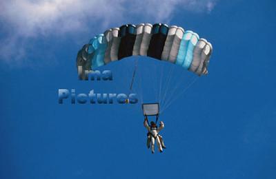 1-40-54-0013 Parachuting; valschermspringen; Parachute