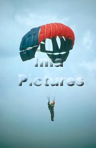 1-40-54-0021 Parachuting; valschermspringen; Parachute