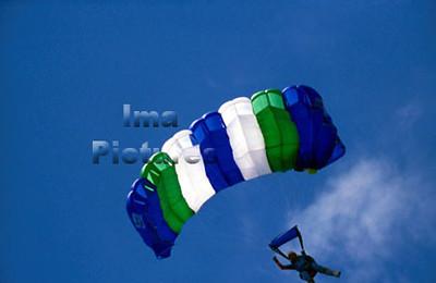 1-40-54-0031 Parachuting; valschermspringen; Parachute
