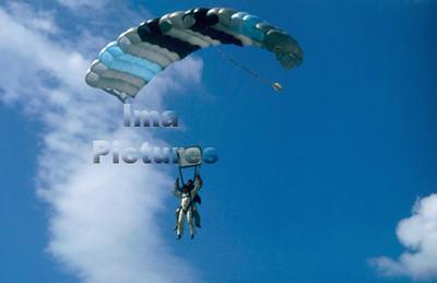 1-40-54-0003 Parachuting; valschermspringen; Parachute