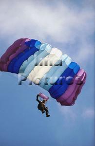 1-40-54-0018 Parachuting; valschermspringen; Parachute